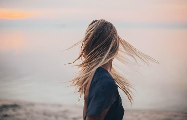 Γυναίκα σε παραλία