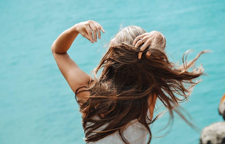 Γυναίκα που φτιάχνει τα μαλλιά της
