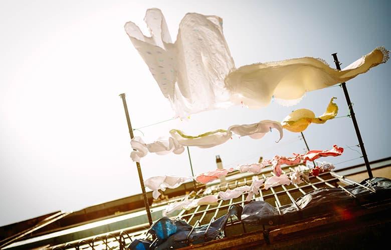 Τρεις τρόποι που τα ρούχα σου θα σε προστατέψουν από τον ήλιο αυτό το καλοκαίρι