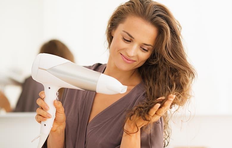 Πώς θα προστατεύσεις τα μακριά μαλλιά σου από το σπάσιμο