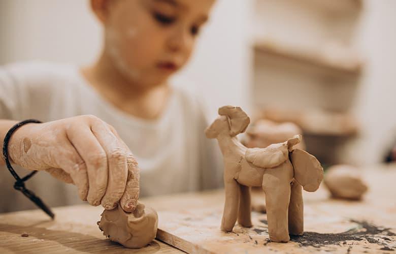 Παιδάκι φτιάχνει διακοσμητικό από πηλό