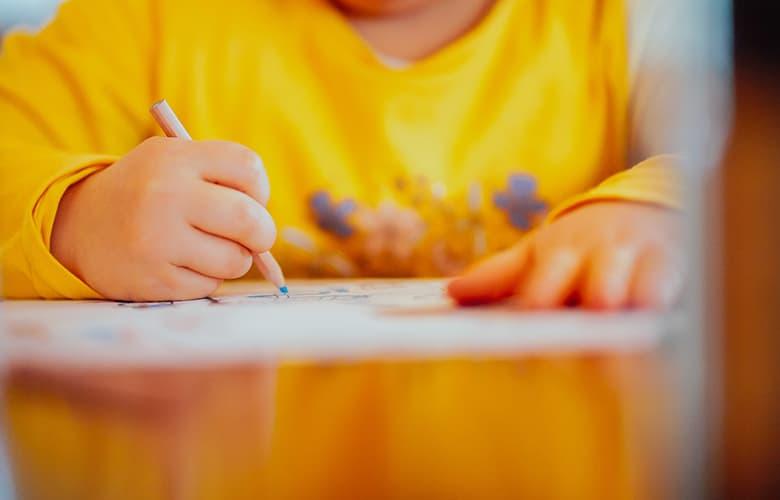 Παιδάκι που ζωγραφίζει