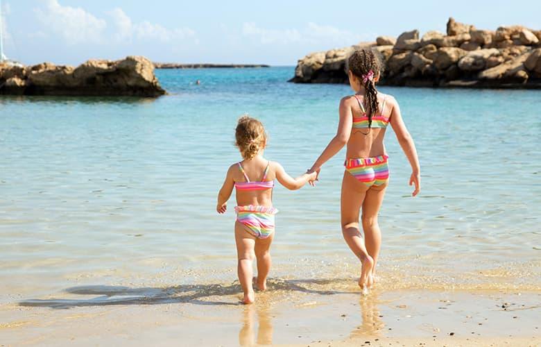 Παίζοντας και διασκεδάζοντας με τα παιδιά στη θάλασσα