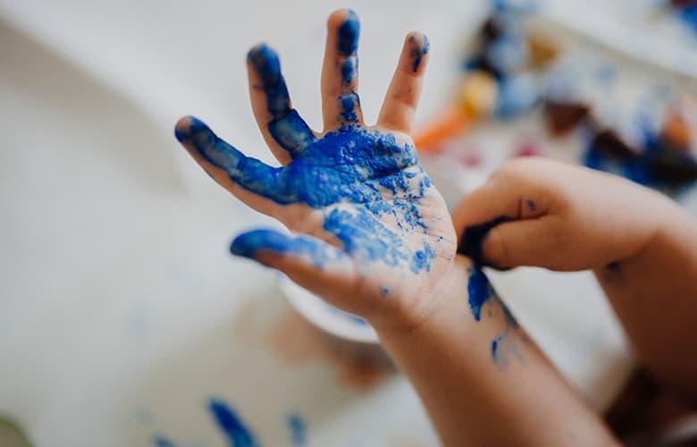 Παδικό χέρι με μπλε μπογιά