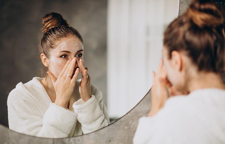 Γυναίκα που βάζει κρέμα στο πρόσωπό της