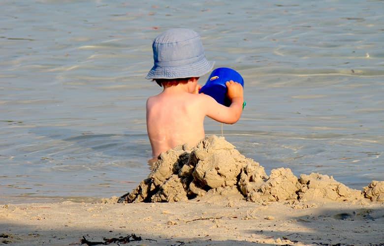 Παιδάκι που παίζει στην παραλία