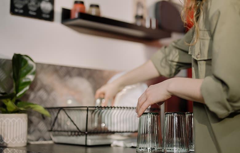 Γυναίκα πλένει πιάτα