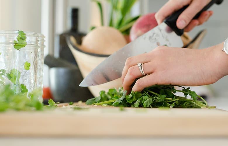 Γυναίκα κόβει λαχανικά με μαχαίρι