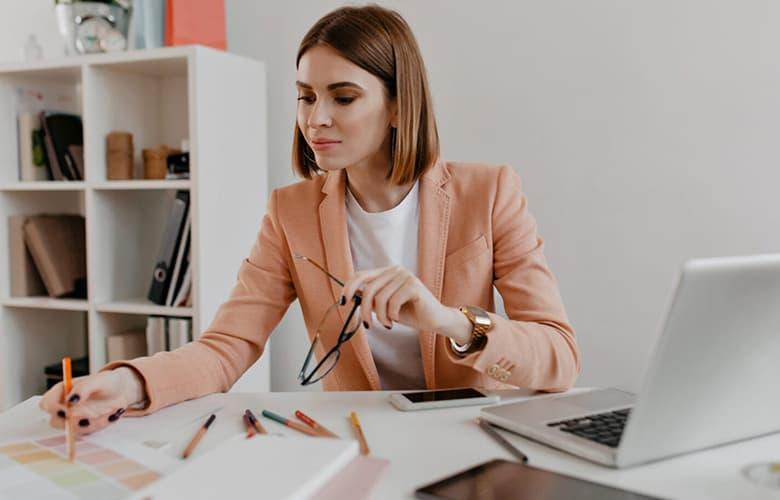 Γυναίκα που δουλεύει με υπολογιστή στο γραφείο