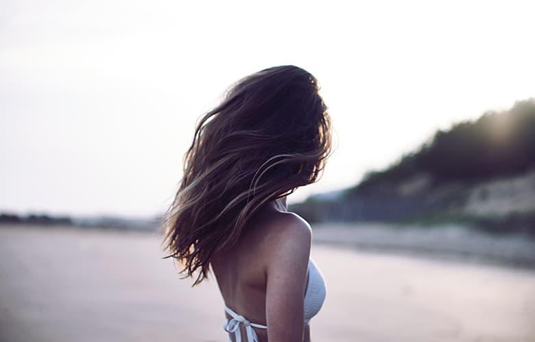 Πώς θα κάνεις τα μαλλιά σου να μην δείχνουν ξηρά και ταλαιπωρημένα το καλοκαίρι