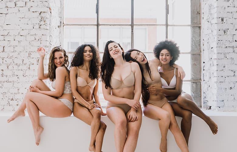 Γυναίκες φωτογραφίζονται με εσώρουχα