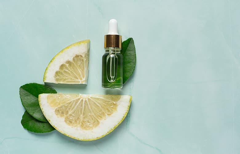 Μπουκάλι αρώματος και λεμόνι