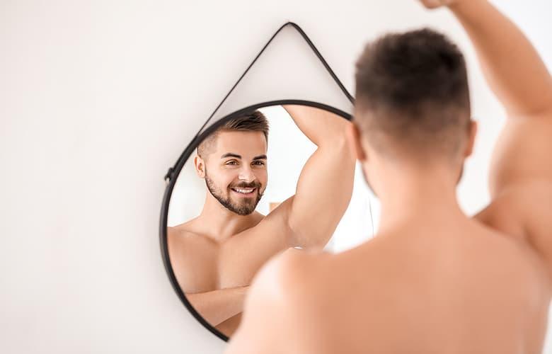 Άντρας μπροστά από καθρέφτη