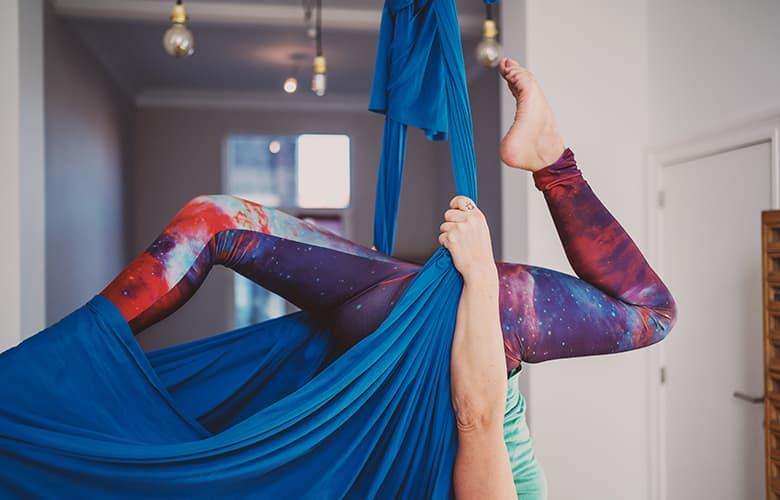 Γυναίκα ασκεί εναέρια yoga