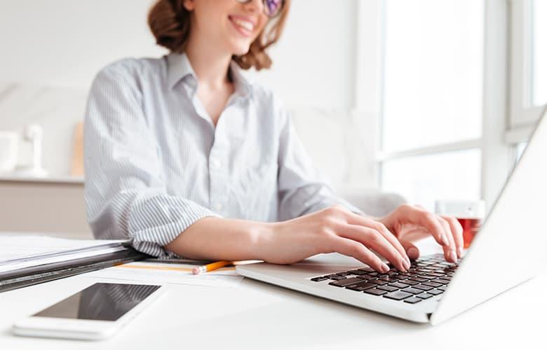 Γυναίκα χρησιμοποιεί φορητό υπολογιστή