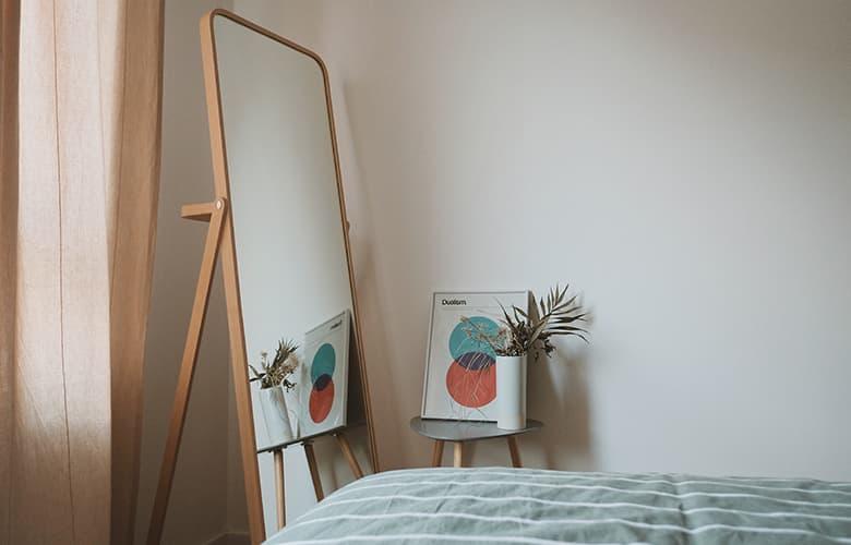 Καθρέφτης και πίνακας σε υπνοδωμάτιο