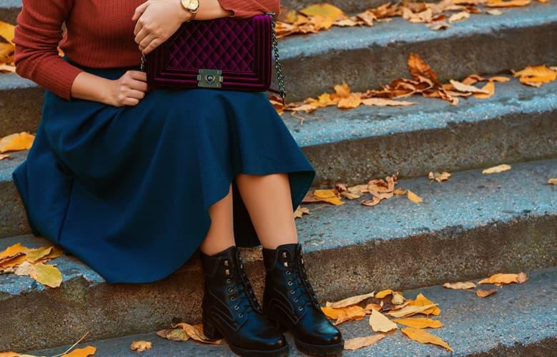 Γυναίκα κάθεται σε σκαλοπάτια