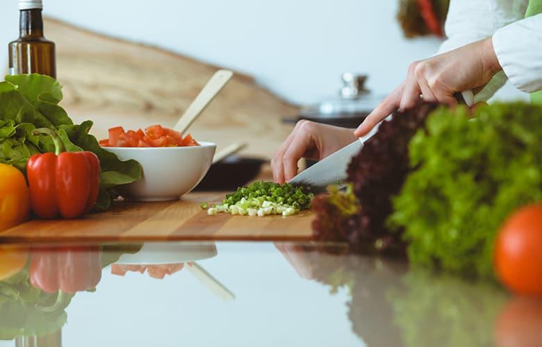 Οι νέες διατροφικές συνήθειες που αποκτούμε όσο μένουμε περισσότερο σπίτι