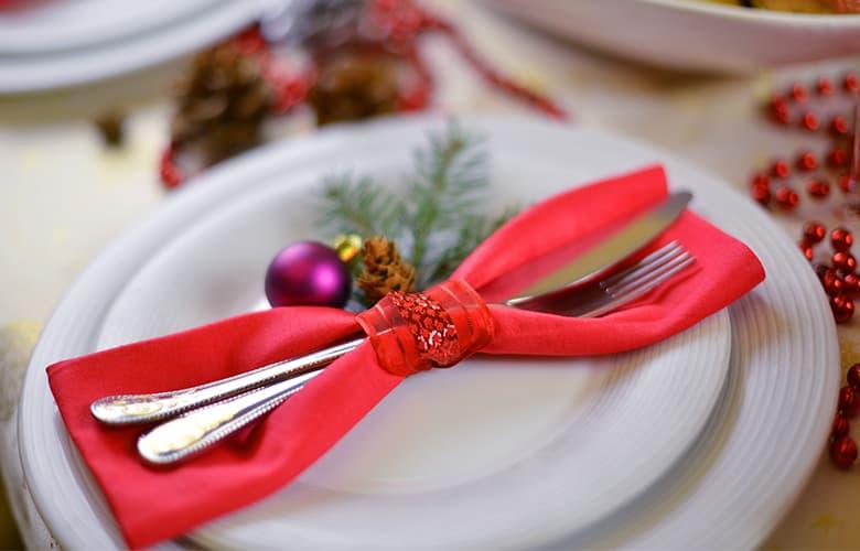 Πώς θα οργανώσεις ένα χριστουγεννιάτικο τραπέζι στο σπίτι δίχως να πελαγώσεις