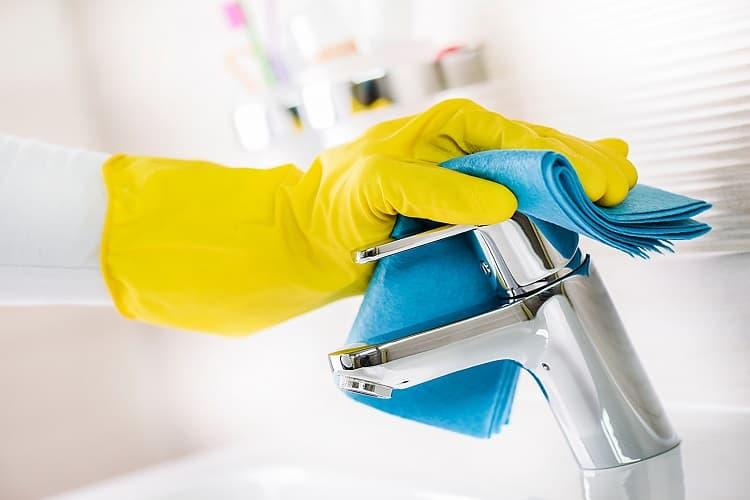 Πώς θα απομακρύνεις τα επίμονα άλατα στο μπάνιο με ένα ψέκασμα