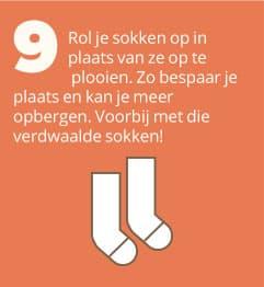 9. Rol je sokken op in plaats van ze op te plooien. Zo bespaar je plaats en kan je meer opbergen. Voorbij met verdwaalde sokken!