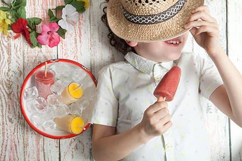 O seu filho feliz com o gelado caseiro e natural