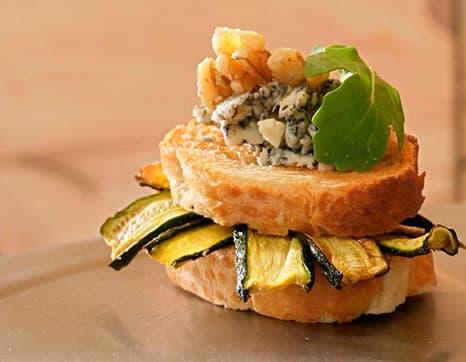 Aboborinhas na grelha, nozes e queijo Roquefort